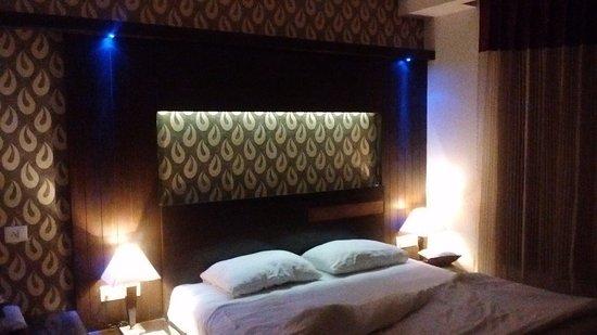 Chambre avec lit king size, effets de lumière bleue, orange... Air ...