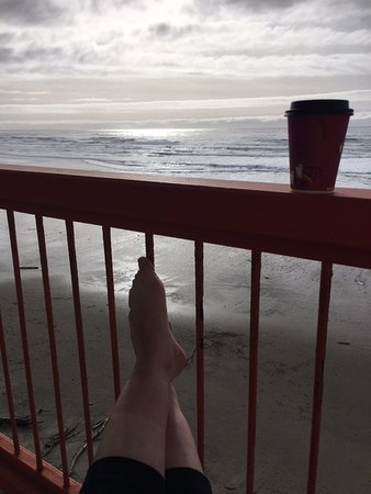 Surftides Lincoln City: Relaxing on the balcony
