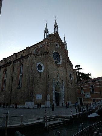 Basilica Santa Maria Gloriosa dei Frari: La facciata principale