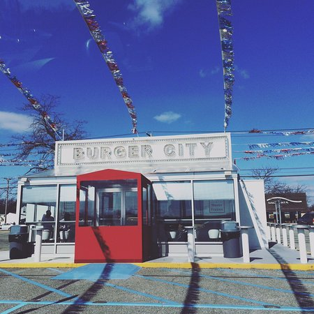 East Meadow, Estado de Nueva York: Eisenhower park playgroundの近くにあるバーガーショップ。冷凍肉を使っていないことがウリのフレッシュなハンバーガーが食べられます。