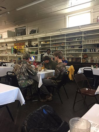 Lorman, MS: Hunters in for lunch