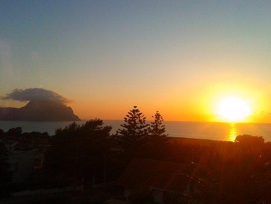 Scorcio della baia di Macari (S.Vito Lo Capo) al tramonto, con il monte Cofano sullo sfondo