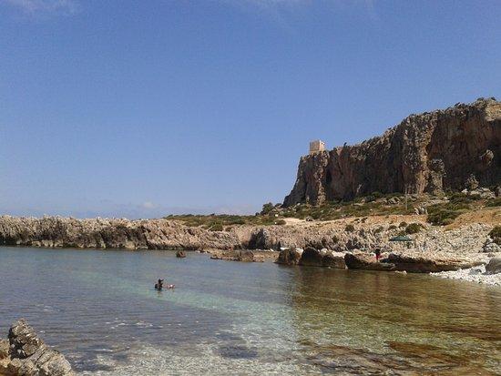 Macari, Italien: Spiaggia dell'Isulidda (S. Vito Lo Capo), sullo sfondo la torre di avvistamento