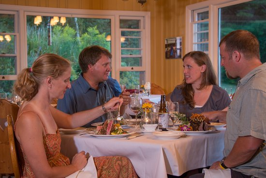 Eaton, NH: Folks travel to bring their friends to enjoy a meal at Max's at the Snowvillage INN.