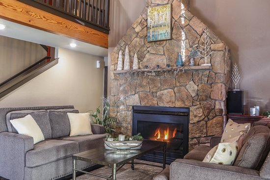 Breck Inn: Fireplace/lounge area