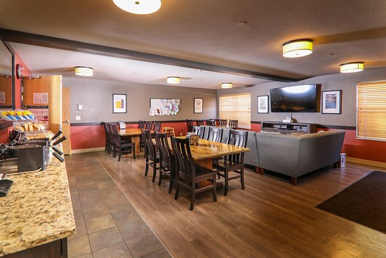 Breck Inn: Continental Breakfast area