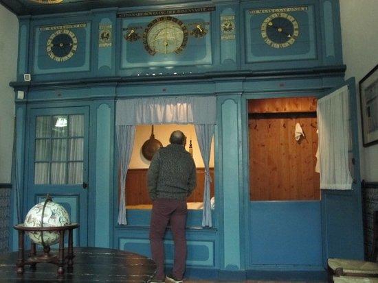 de slaapkamer van de heer des huizes met op het plafond het complete ...