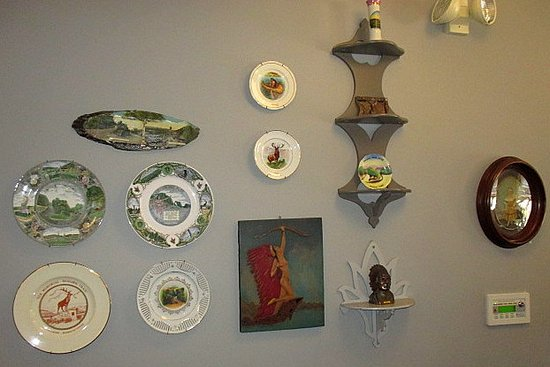 North Adams, Массачусетс: Souvenir plates and knick-knacks in the Reception area