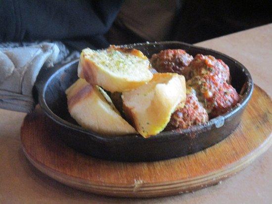 Mishawaka, Ιντιάνα: meatballs and garlic bread