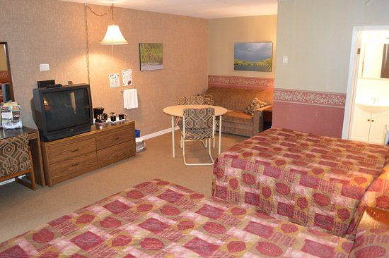 Barry's Bay, Canada: One queen bed & one double bed with pull out sofa~5 person max.