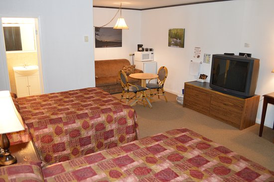 Pinewood Inn: One queen bed, one double bed with pull out sofa~5 person max.