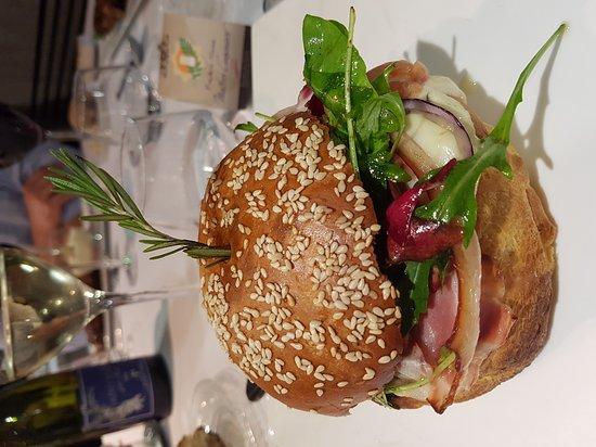 Jons, Frankrike: Croustillant de foie gras et fameux burger