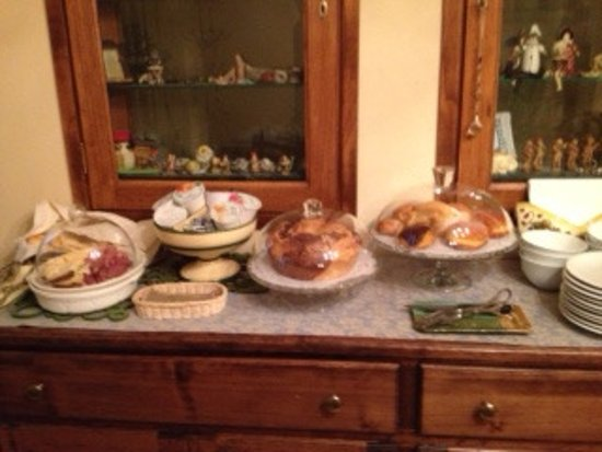 Casa Chilenne B&B: A typical bearkfast display before Coffee