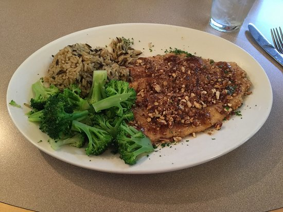 Fairfield Bay, AR: Pork chops - delicious and Pecan encrusted trout - YUM!!!