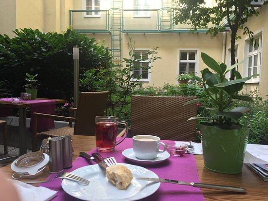 Mercure Josefshof Wien am Rathaus: Mercure josefschof hotel's cozy garden has a peacefull atmosphere.