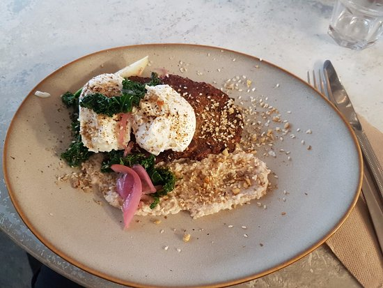 Long Jetty, Australia: The fritters, poached eggs, hummus and dukka made for a SAUCY brekky...