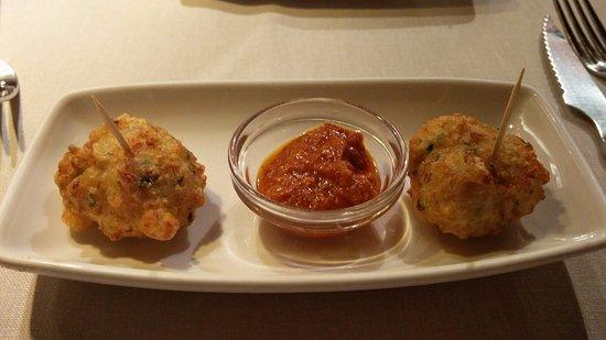 Restaurante La Palmera : Buñuelos de bacalao con salsa romesco