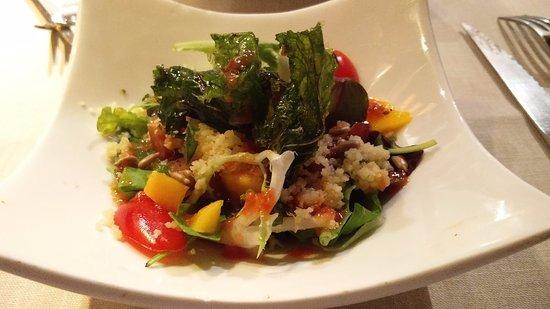 Restaurante La Palmera : Ensalada de hojas tiernas, cous-cous, mango, daditos de rape y crujiente de kale