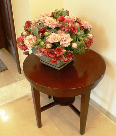 Arcadia Ba'Moshava Jerusalem: Flower Bouquet Decoration in the 2nd Floor Corridor
