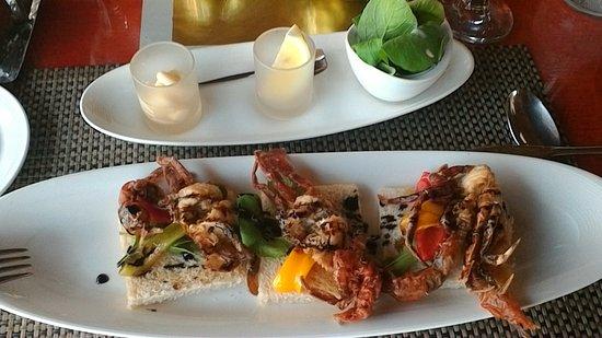 Zazen Restaurant: Salade accompagnée de crabes sur canapés.