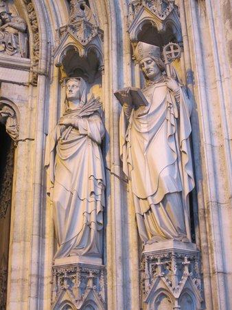Votivkirche: Статуи святых