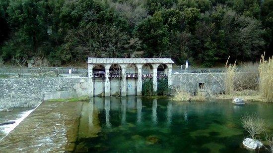 Arco, Włochy: antica presa d'acqua dal fiume sarca per irrigare i canali