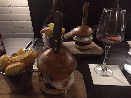 The Inn at Loch Tummel: Burger main + mulled wine