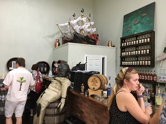 George Town, Gran Caimán: Very entertaining and tasty tour of Cayman's local distillery