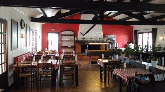 Salle du restaurant, avec feu de cheminée en hiver et terrasse couverte pour l'été !