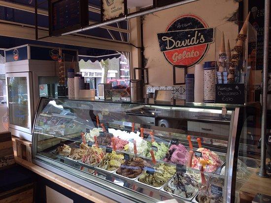 David's Gelato: onze vitrine vol mooie unieke smaken dagelijks vers geproduceerd in onze eigen productie