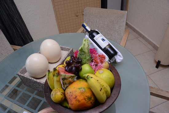 Diani Reef Beach Resort & Spa: Fresh fruits and a bottle of wine.