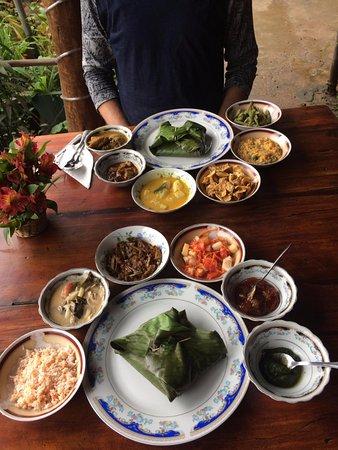 Ella Village Restaurant: Curry art presentation