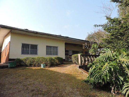 Dschang, Cameroon: Le bâtiment principal (accueil, salle à manger - salon, cuisine...)