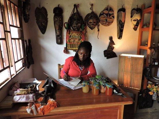 Dschang, الكاميرون: 'Galerie éthique' (artisanat, vêtements, confitures, produits locaux)