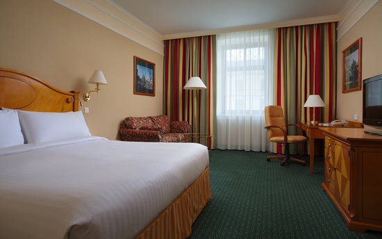 Moscow Marriott Grand Hotel: Dexlue room, Kind sized bed