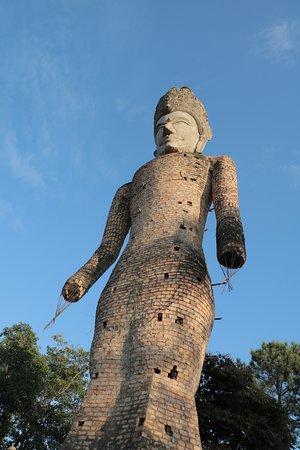 Nong Khai, Tajlandia: รูปปั้นพระองค์ใหญ่ที่มองเห็นตั้งแต่ขับรถเข้ามา