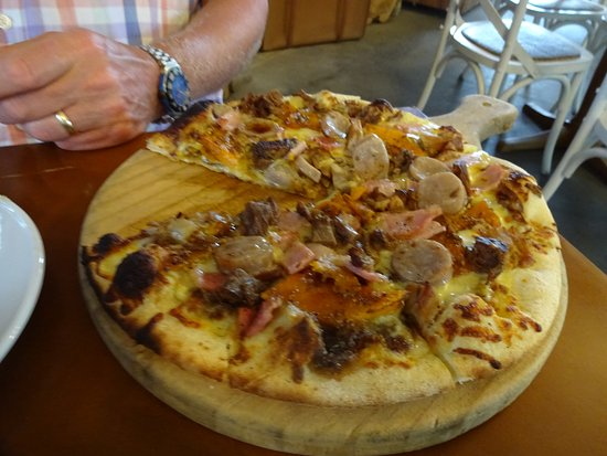 Waihi, New Zealand: Meat feast pizza