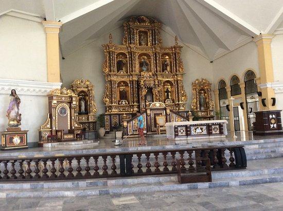 Palo, Filippijnen: Det guld utsmyckade altaret var vackert att se på.