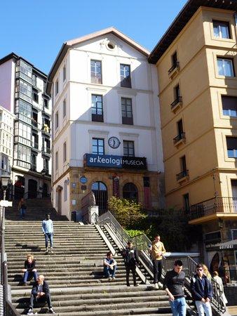 Museo Arqueológico de Bizkaia: Entrada por la plaza de Unamuno