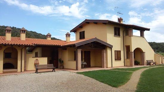 Nuovo casale a piano terra a sinistra ingresso portico for Immagini di villette con giardino
