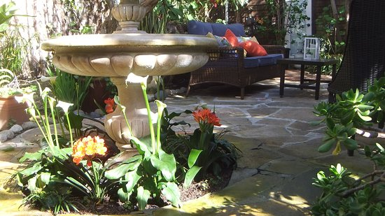 Redwood Hollow - La Jolla Cottages: Flowers blooming everywhere, fountains and cozy nooks abound.