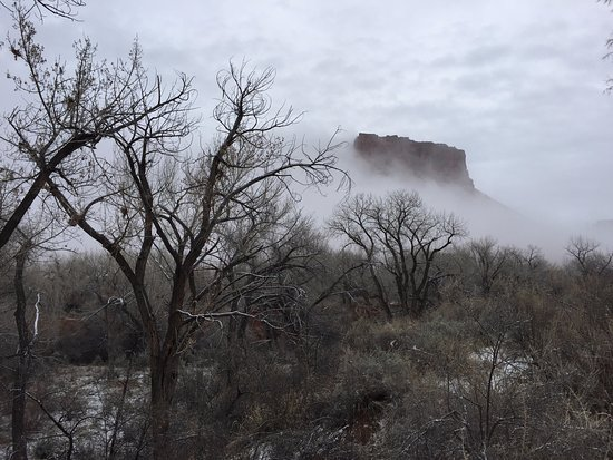 Castle Valley Inn: Haunting view orchard and Castle Rock from Anasazi Cabin