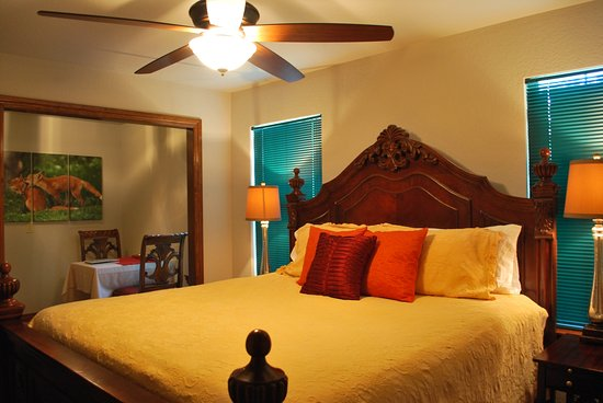 Whispering Pines Bed and Breakfast: English Hunt Suite