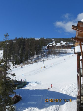 Mountain Spirit Resort: View of the ski hill from the balcony