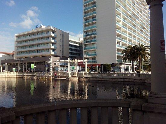 Hotel Balneario TermaEuropa Playa Coma-Ruga: Balneario y estanque exterior.