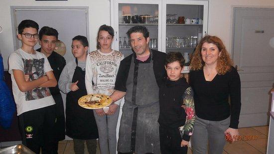 """Fabrication de pizzas par des élèves de 4 ème au restaurant-pizzeria """"L'Artifice"""" à La Redorte :"""