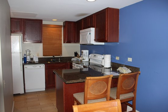 Wyndham Royal Sea Cliff: Kitchen in our unit