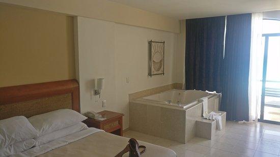 Golden Parnassus All Inclusive Resort & Spa Cancun: Top floor room with bathtub