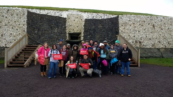 ‪مقاطعة دبلن, أيرلندا: Austin Peay State University students at Newgrange‬