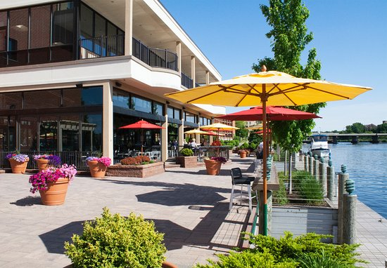 Oswego, Estado de Nueva York: Enjoy the Dockside Bar & Patio from Spring to Fall! Dock the boat and come on in!